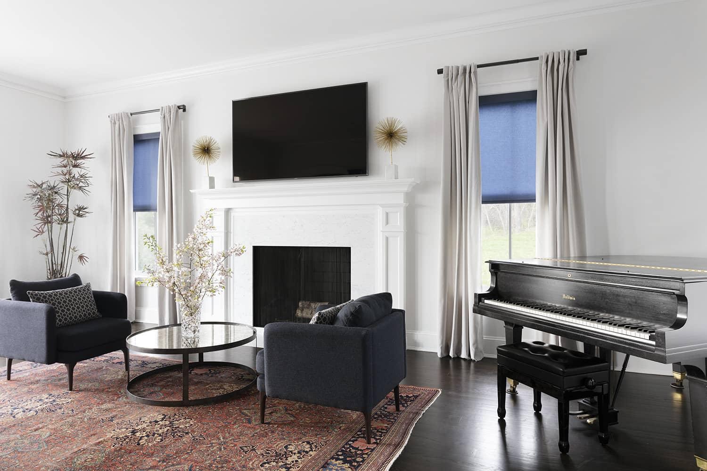 Un salon décoré avec des rideaux à tête passe-pôle